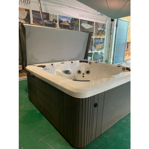 Pre-owned SC7 Hot Tub