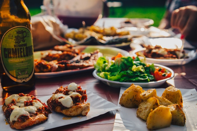 Choosing the perfect menu for an alfresco dinner party